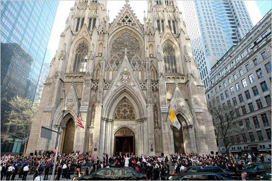 توقيف شخص يحمل عبوتي بنزين في كاتدرائية بنيويورك