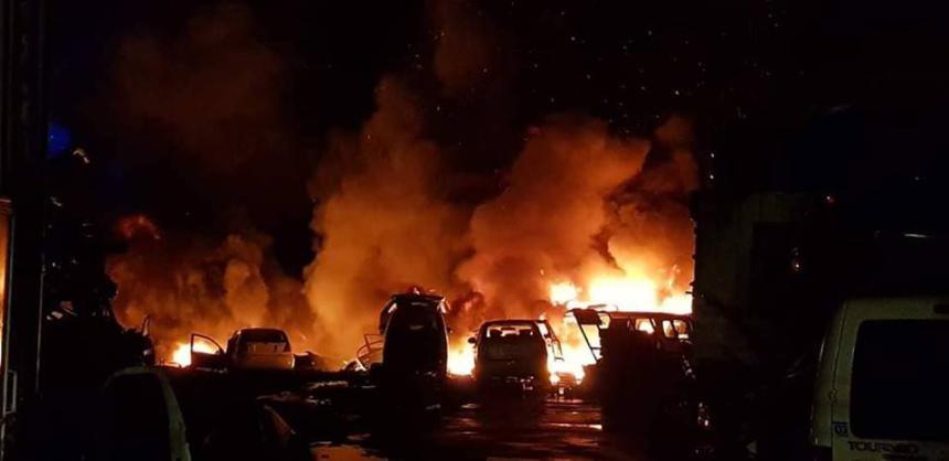 السيطرة على حريق بمجمع للخردة في الخليل