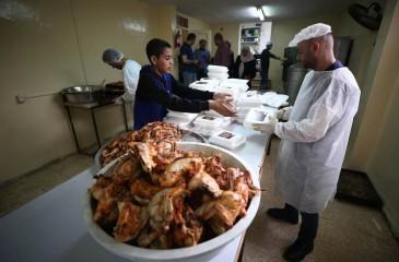 شاهد : نابلس - متطوعون يعدون وجبات افطار رمضانية في تكية نابلس