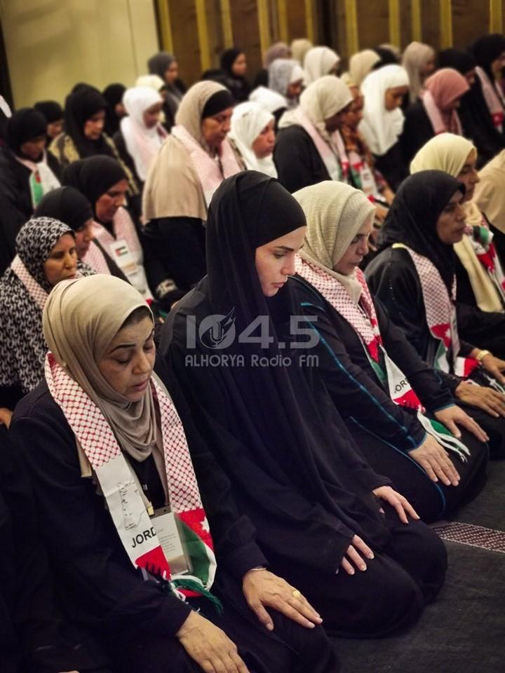صور : ملكة الأردن تؤدي العمرة مع فتيات يتامى
