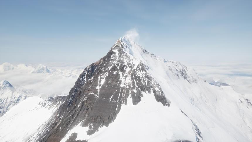 مرشد نيبالي يحطم رقمه القياسي ويتسلق إفرست للمرة الـ23