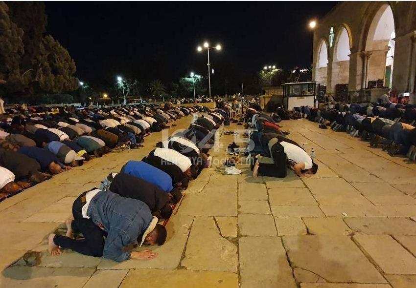 """الآلاف يؤدون صلوات المغرب والعشاء وقيام الليل برحاب """"الأقصى"""""""