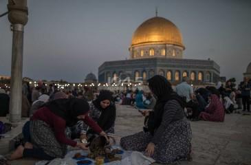 صور / إفطار للمواطنين في باحات المسجد الاقصى المبارك