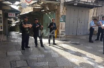 الاحتلال يفرض حبسًا منزليًا على مقدسي ويُمدّد اعتقال آخرين
