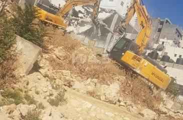 جرافات الاحتلال تهدم منزلا وبركسا في بيت حنينا