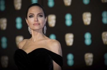 إنجلينا جولي تفاجئ جمهورها من شرفتها بباريس