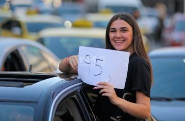 شاهد الصور : طلبة الثانوية العامة في فلسطين يحتفلون بنجاحهم