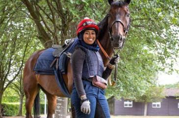 خديجة ملاح أول مسلمة محجبة تشارك في سباق للخيول في بريطانيا