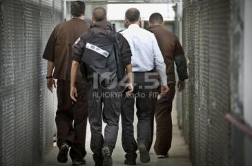 6 أسرى يُواصلون إضرابهم عن الطعام