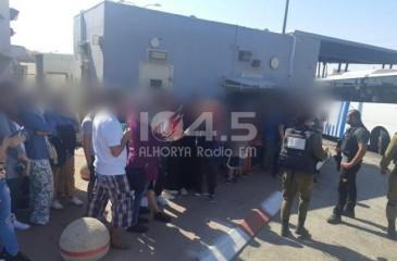 الاحتلال يحتجز 56 فلسطينيًا كانوا في طريقهم لشاطئ يافا