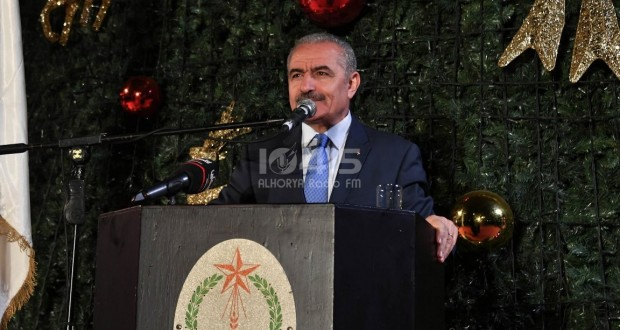 رئيس الوزراء محمد اشتية، خلال مشاركته بإضاءة شجرة الميلاد المجيد في مدينة بيت لحم