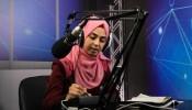 معلمو غزة يستخدمون الراديو والإنترنت لبث الدروس
