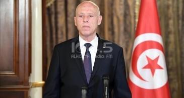 الرئيس التونسي يعفي رئيس الوزراء من منصبه ويجمد عمل البرلمان