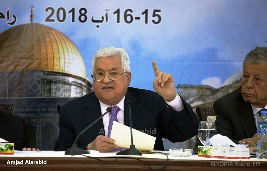 كاتب إسرائيلي: الادارة الامريكية تسعى للإطاحة بالرئيس عباس