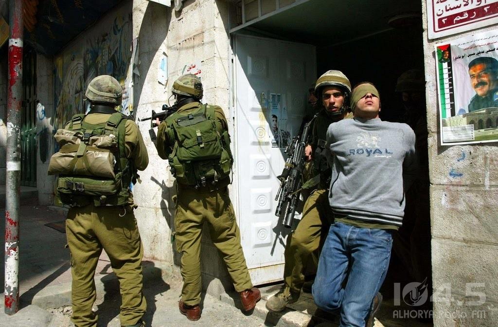 """الاحتلال يقتحم """"كفر عقب"""" بالقدس ويعتقل شابًا"""